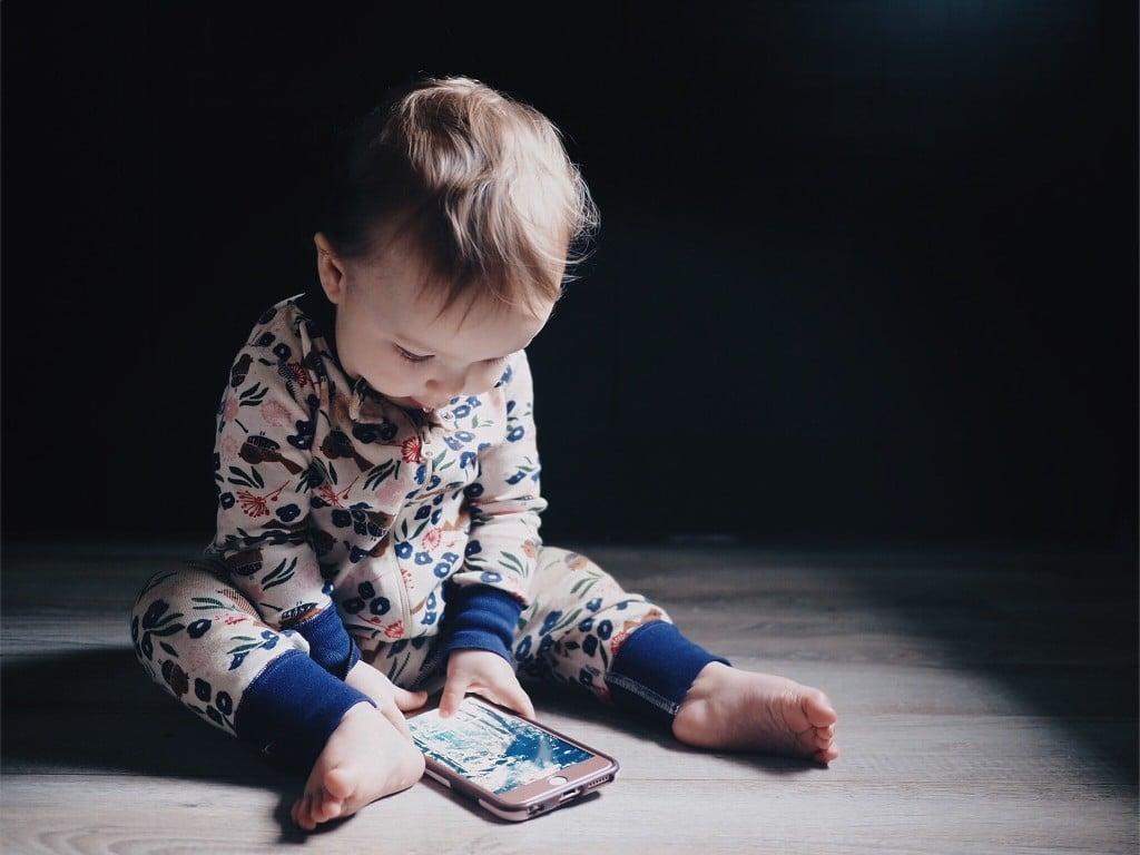 Écrans et bébé : attention danger!