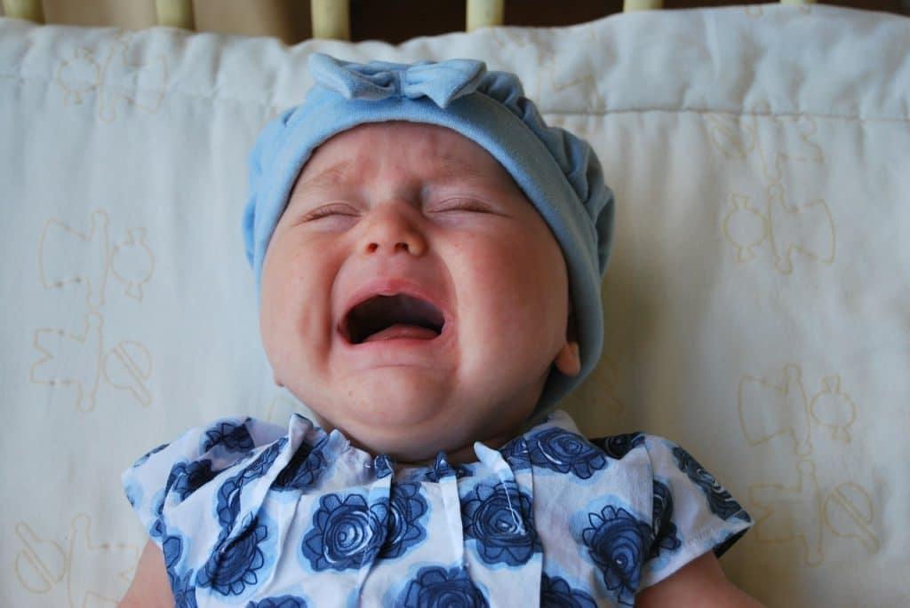 Essayer de comprendre pourquoi bébé pleure