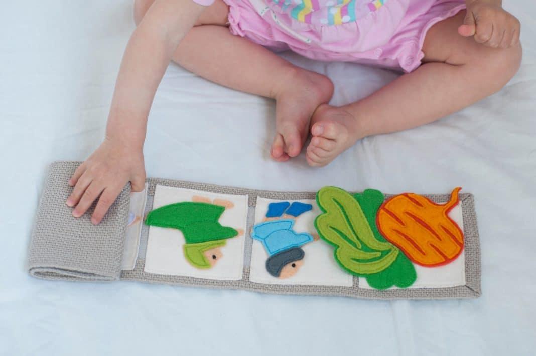 Éveiller bébé avec des livres tissus