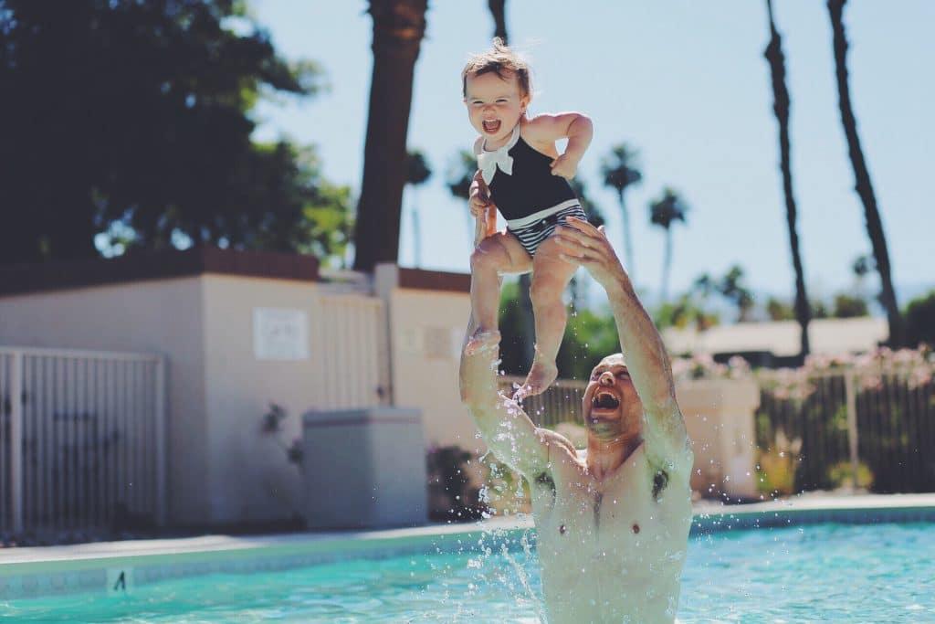 Comment habiller bébé pour les bébés nageurs?