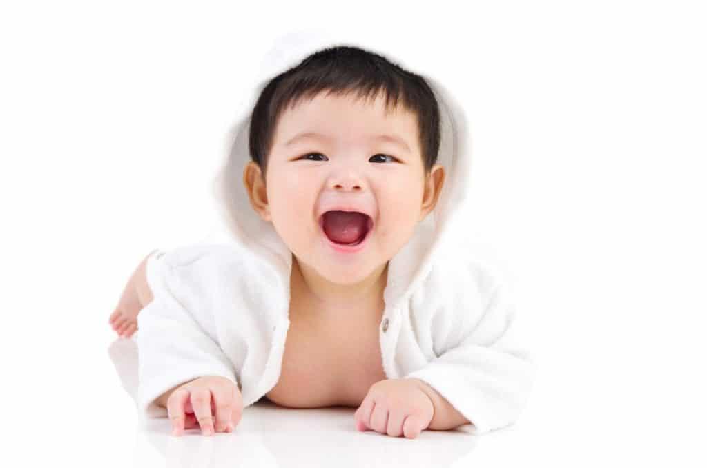 Bébé ne fait pas de 4 pattes : dois-je m'inquiéter?
