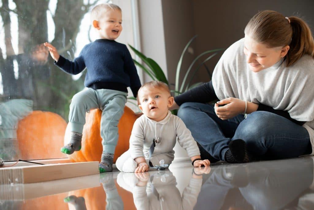 Comment aider bébé à se mettre à quatre pattes?