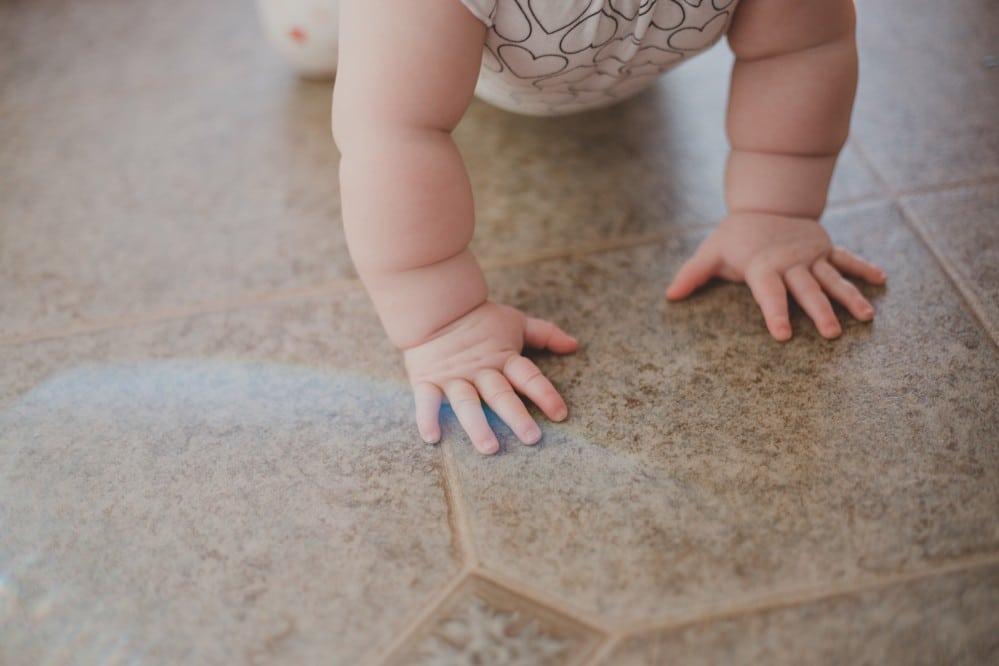 Quand bébé commence-t-il à ramper?