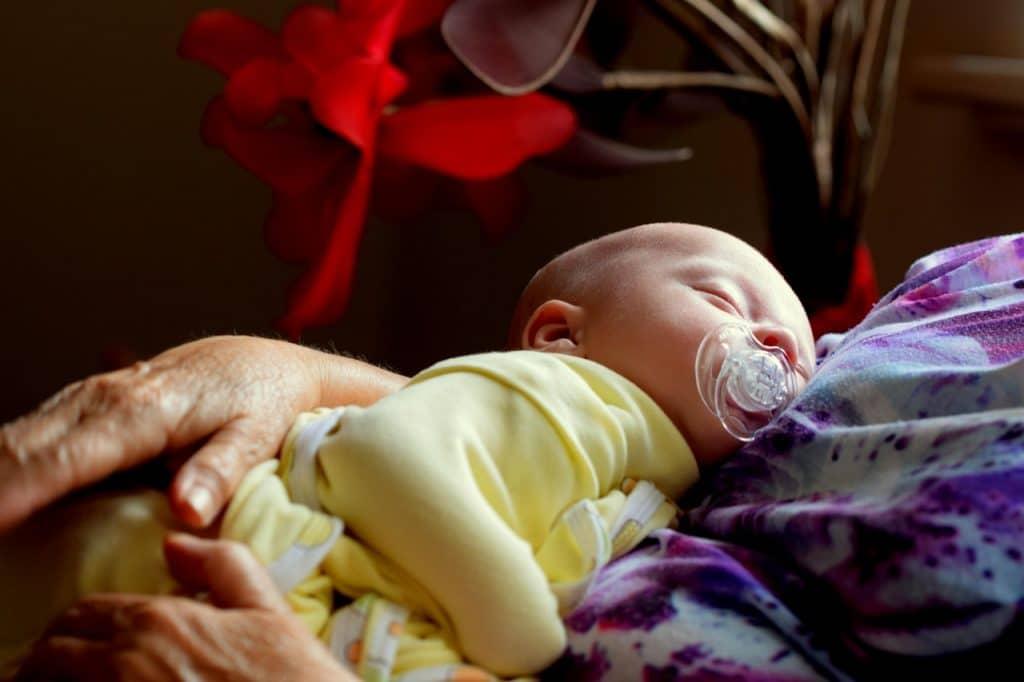 Positions idéales pour faire dormir un bébé RGO